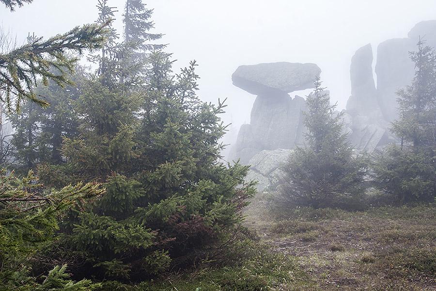 Скала Шляпа в тумане у приюта Метеостанция, Таганай