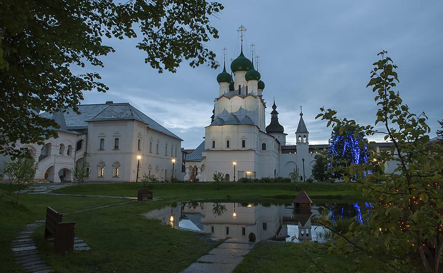 Внутреннее убранство вечернего Ростовского кремля