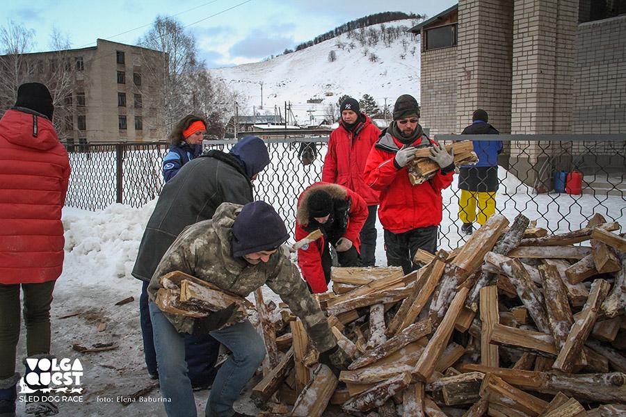 Волонтерский туризм. Дрова для полевой кухни. Фотограф Елена Бабурина